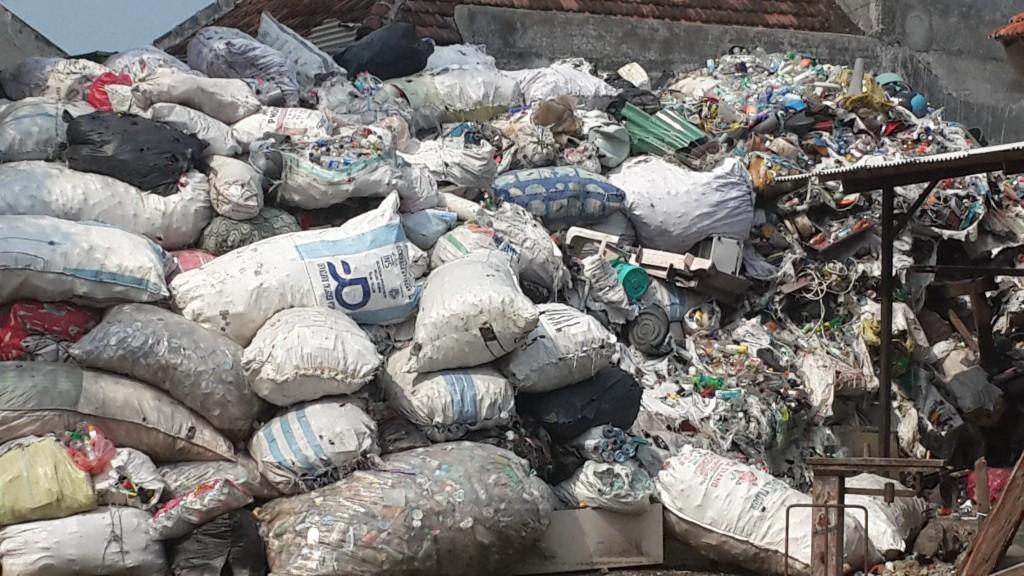 Tumpukan sampah daur ulang