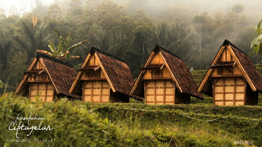 Leuit atau lumbung padi di Kampung Adat Ciptagelar. Sumber: Pinterest